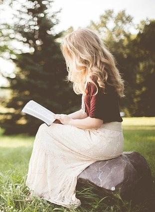 naine loeb raamatut