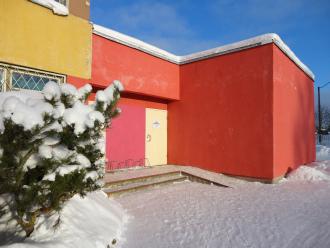talvine vaade Laagna raamatukogu sissepääsule