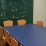 tahvelseinaga laudade ja toolidega ruum