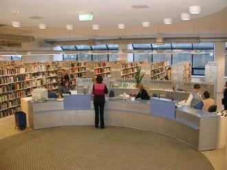 vaade eemalt võõrkeelse kirjanduse teenindusaalile ja raamaturiiulitele