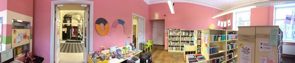 roosade seinte ja madalate raamaturiiulitega laste- ja noorteteenindus
