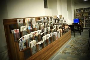uudistesaalis ajalehtede riiul
