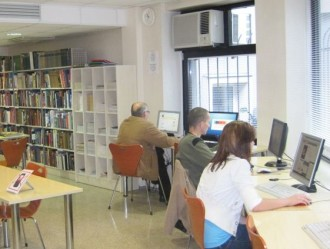 kolm inimest istuvad lauaarvutite taga