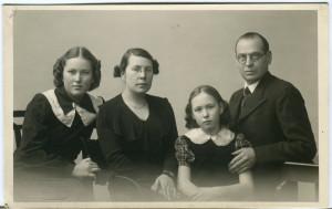 Perekonnafoto: vasakult tütar Astraea, abikaasa Leena, tütar Helle ja Aleksander Sibul (17.02.1940)