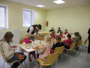 lapsed istuvad laua taga ja meisterdavad