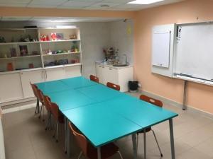 rühmaruum laua, pabertahvli, tavalise tahvli, kraanikausi ja riiulitega