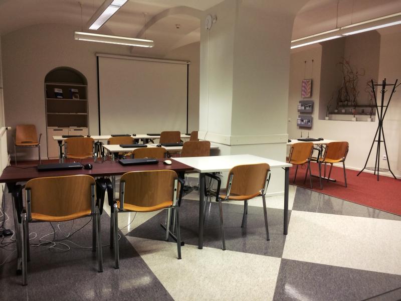 sülearvutitega lauad, suur valge ekraan projektori jaoks