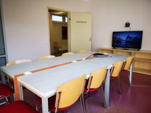 kaheteistkohaline laud ja televiisor