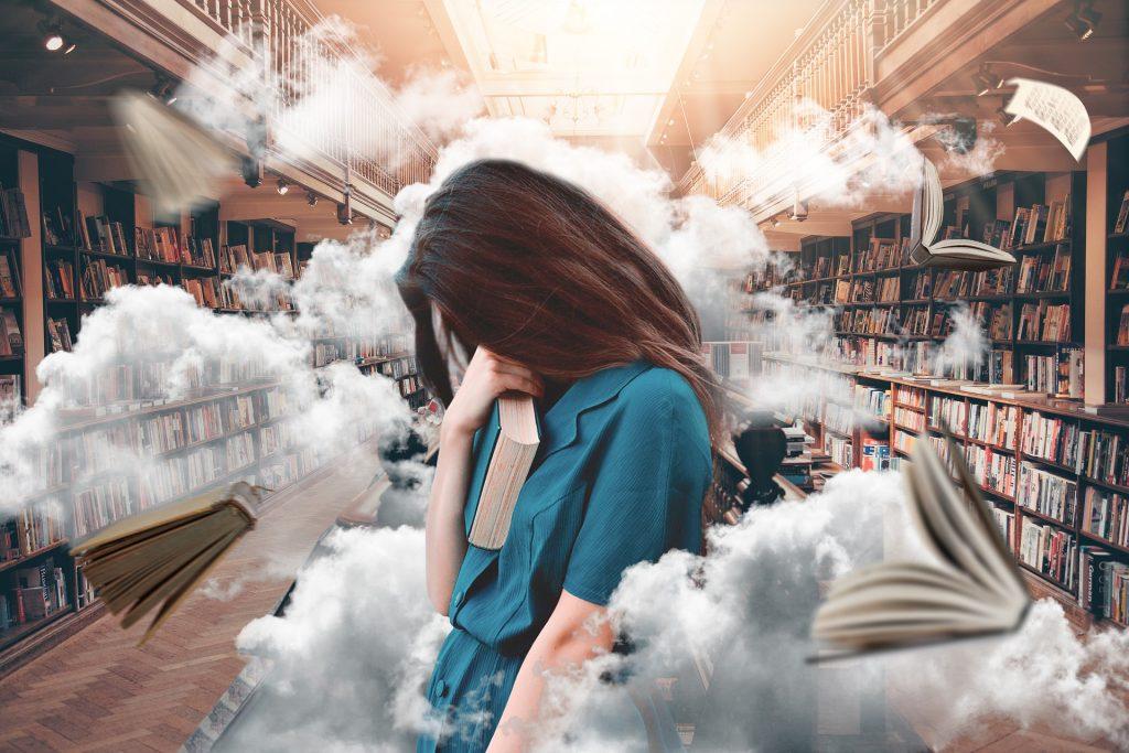 noor naine raamatuga seisab keset suurt raamatukogu ja tema ümber lendavad raamatud ja pilved