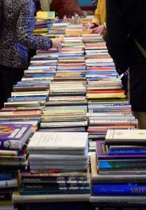 pikk lett kaetud raamatutega