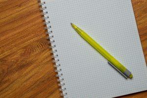 ruuduline vihik pastakaga