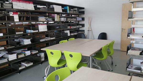 lauad, toolid ja riiulid perioodikaga