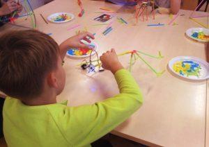 lapsed laua taga Strawbees ehituskõrtega