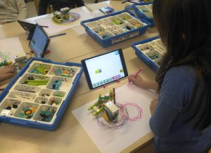 tüdruk programmeerib LEGO WeDo2 robotit