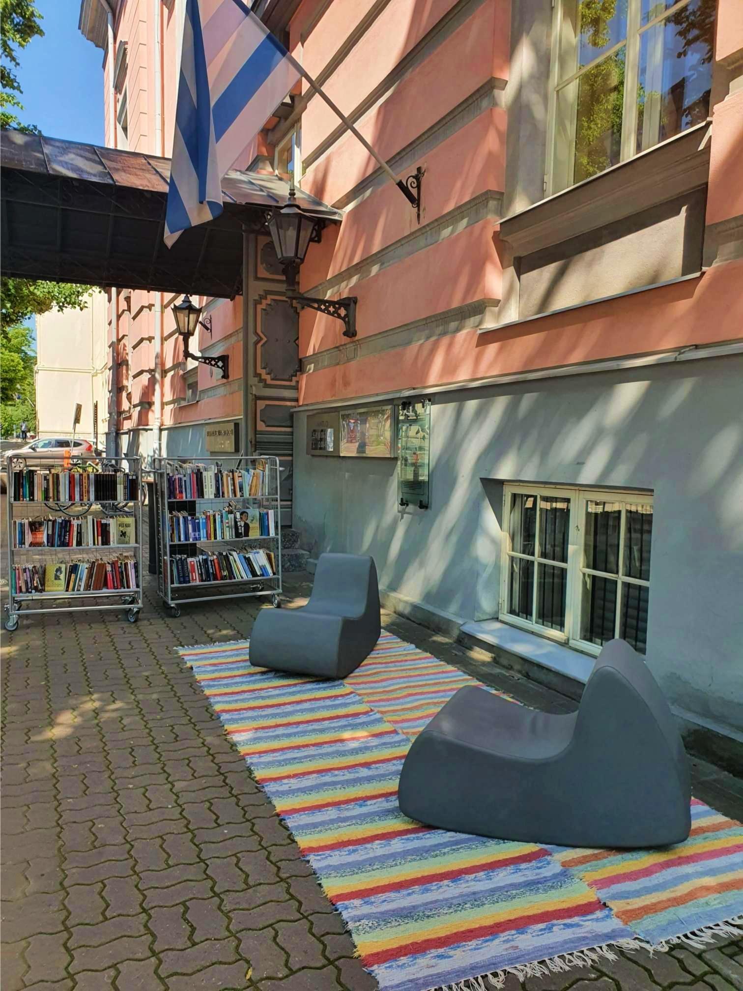 Estonia pst 8 õueraamatukogu